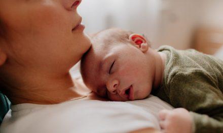 Dormir na cama com o bebé