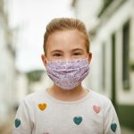 Estudo sugere que crianças com mais de dez anos transmitem novo coronavírus tanto quanto os adultos