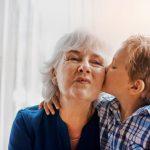 Relação afetiva entre avós e netos traz benefícios para todos