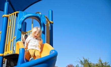 Brincar ao ar livre ajuda a reduzir efeitos adversos do tempo de ecrã