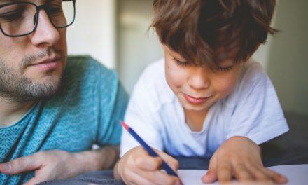 Quase metade dos pais dedicaram uma a duas horas por dia a apoiar filhos durante ensino à distância