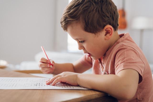 Especialistas alertam para a importância de escrever à mão e desenhar desde tenra idade