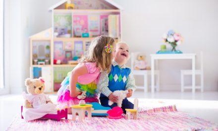 Estudo mostra que brincar com bonecas permite às crianças desenvolver empatia e competências sociais