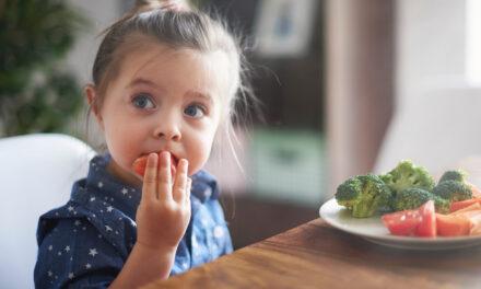 Ensinar as crianças em idade pré-escolar a gostar de frutas e legumes